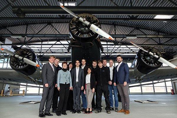 Das aps Team im Hangar