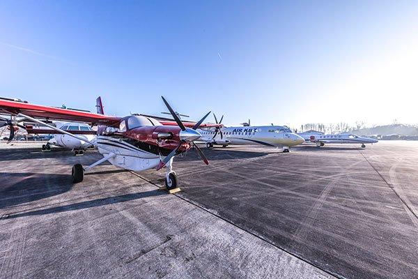 Flugzeuge vor Hangar