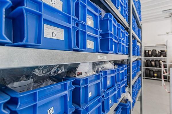 Flugzeugteile in Boxen sortiert
